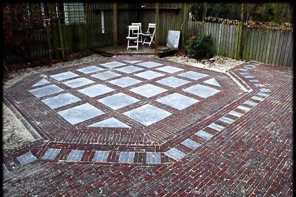 Zeshoekig terras van nieuw gebakken walen met natuurstenen tegels in Monnickendam