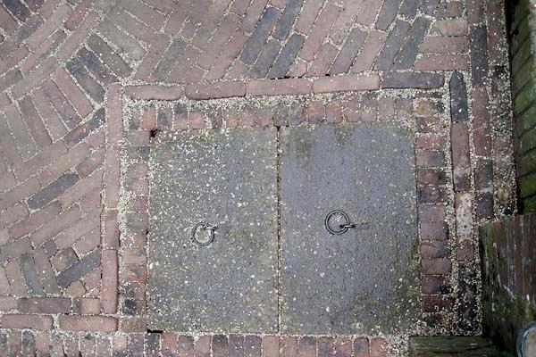Sierbestrating van oude walen met spiraal van boerengeeltjes in Alkmaar