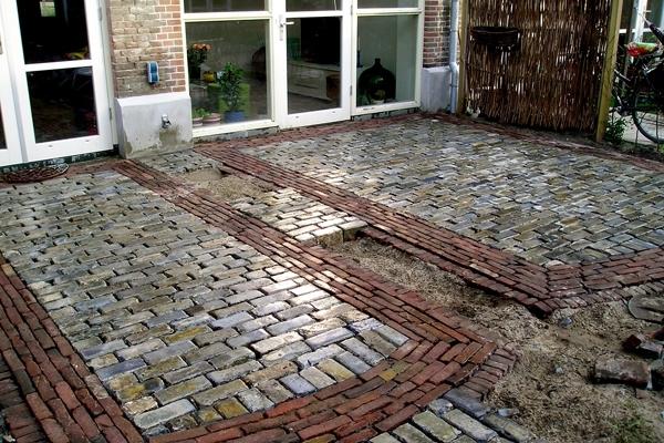 Bestrating van scoria bricks en oud gebakken walen in Haarlem
