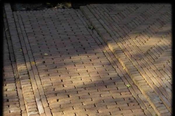 Bestrating van nieuw gebakken getrommelde walen in elleboogverband in Heemstede