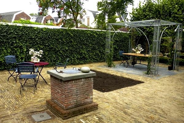 Terras van boerengeeltjes met waterput in Zaandam