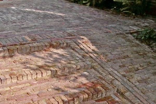 Terras van natuurstenen tegels met gebakken walen in Amsterdam