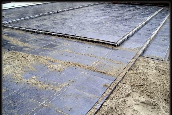 Terrassen van hardstenen tegels met rand van gebakken walen in Alkmaar