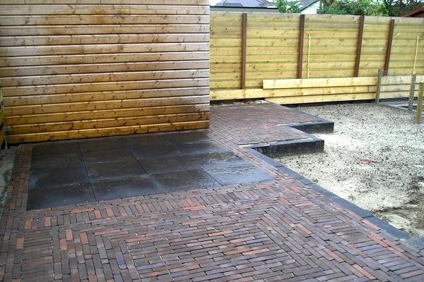 Bestrating van nieuw gebakken strakke walen met betonnen tegels in Heerhugowaard