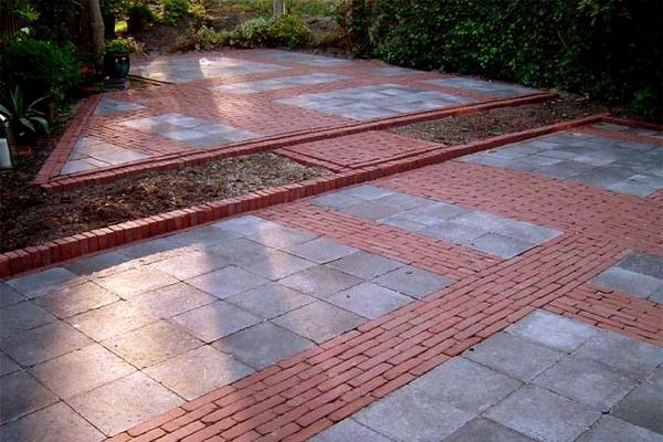 Achtertuin bestrating van natuurstenen tegels met gebakken walen in Santpoort-Zuid