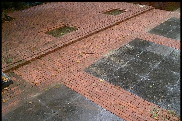Bestrating van natuurstenen tegels met nieuw gebakken getrommelde walen in Wormer