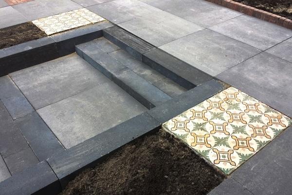 Bestrating v. betonnen tegels i.c.m. antieke vloertegels in Alkmaar