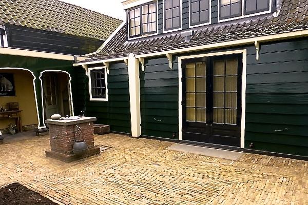 Terras van antieke boerengeeltjes in Zaandam