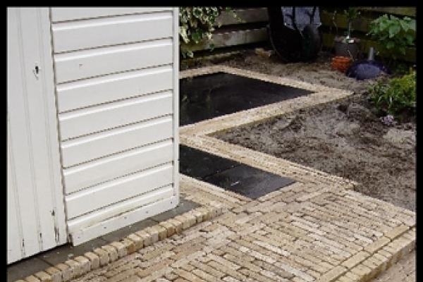 Bestrating van omgekeerde 50x50-tegels en gebakken dikformaten in Westbeemster