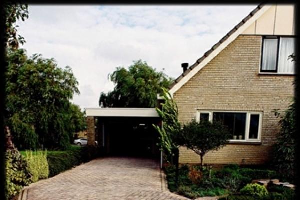 Terras van natuurstenen tegels met rand van gebakken walen in Alkmaar