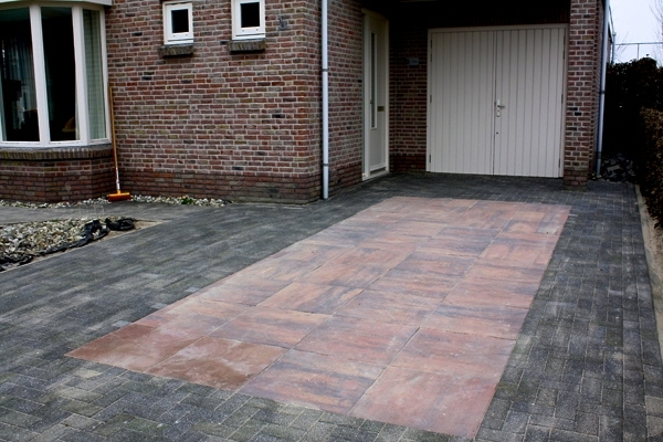 Oprit van BKK's en betonnen 60x60-tegels in Haarlem