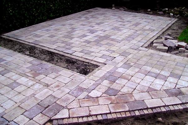 Bestrating in Alkmaar van betonnen tegels in wildverband
