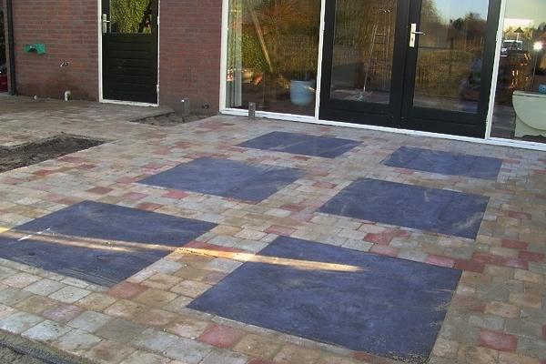 Bestrating van 15x15-abbey stones en bloembakken van betonnen muurelementen in Zaandam