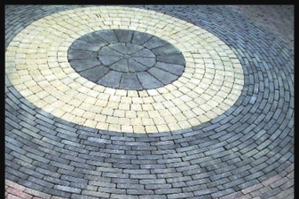 Sierbestrating van betonnen waalformaten en omgekeerde 60x40-tegels in Heerhugowaard