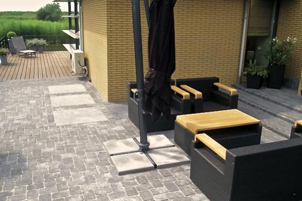 Bestrating van betonnen getrommelde stenen met 1mx1m-natuurstenen tegels in Purmerend